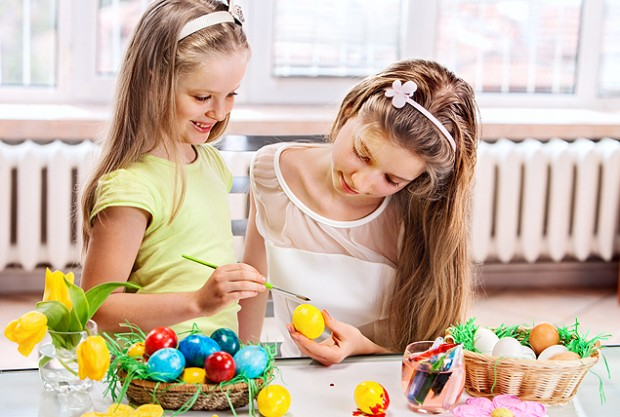 Children_paint_Easter_eggs_at_home.-620x417
